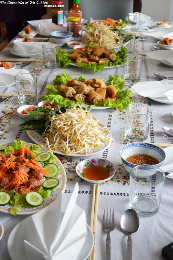 penataan dekorasi meja makan